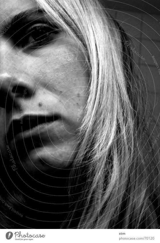 gelb 7 schwarz weiß Frau Kinn Leberfleck Augenbraue Eindruck Gedanke Denken Trauer ruhig Fragen Tiefblick schweigen Neugier Fliesen u. Kacheln gruß an tinka