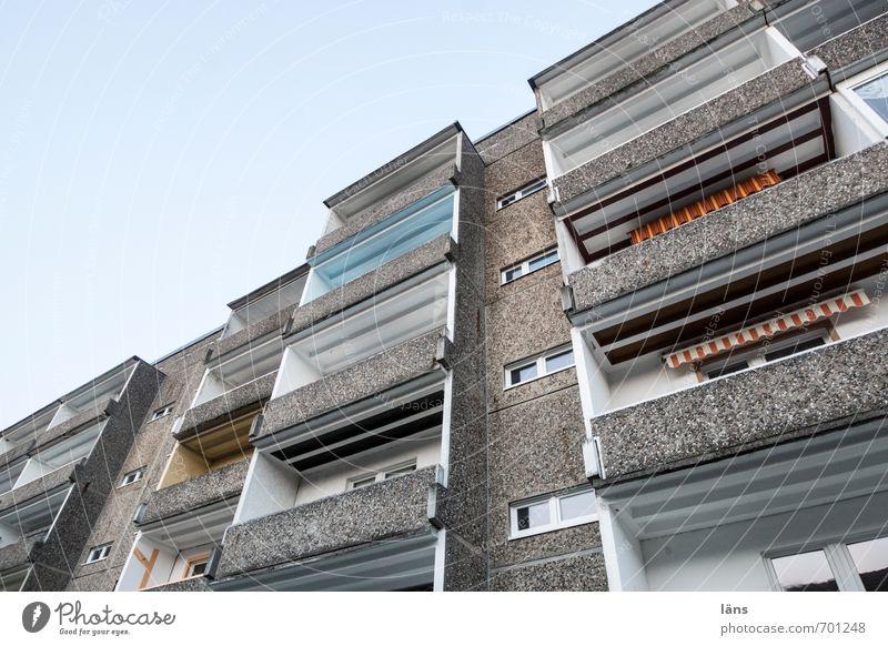 Volksburg Häusliches Leben Haus Himmel Stadt bevölkert Hochhaus Bauwerk Gebäude Architektur Plattenbau Balkon Beton grau Perspektive Zusammenhalt Heimat