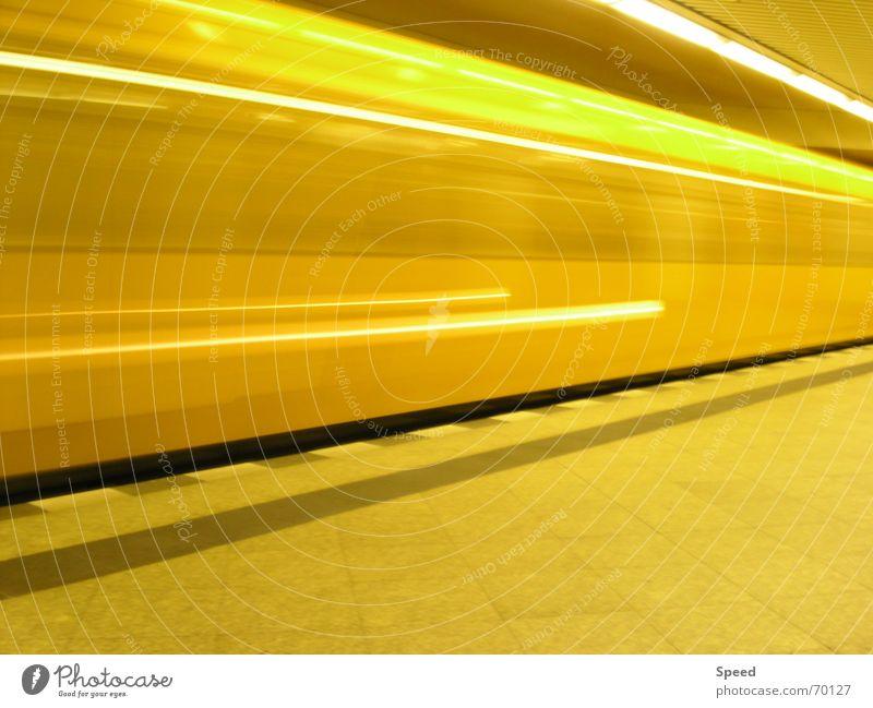 Lichtgeschwindigkeit Langzeitbelichtung gelb Tunnel Bahnsteig Geschwindigkeit Eisenbahn Verzerrung Bahnhof speedtube steinmuster Stein Energiewirtschaft