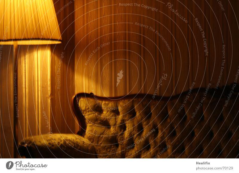 Gemütlichkeit alt ruhig gelb dunkel Stil Wärme Lampe braun Raum Wohnung gold sitzen retro authentisch lesen Häusliches Leben