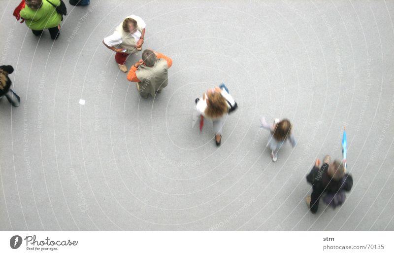 people 04 sprechen Mensch Freundschaft Menschengruppe Hemd beobachten gehen laufen stehen warten Zusammensein oben grau Langeweile Grundriss Formation