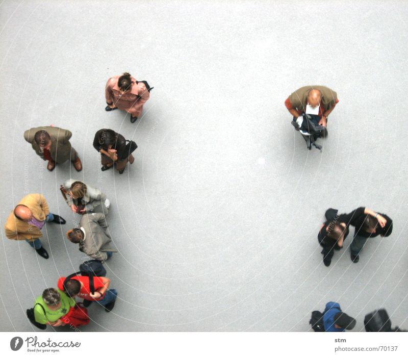 people 06 sprechen Mensch Freundschaft Menschengruppe Hemd beobachten gehen laufen stehen warten Zusammensein oben grau Langeweile Grundriss Formation