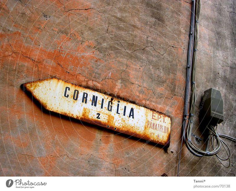 corniglia alt rot gelb Straße Wand Mauer Wege & Pfade Schilder & Markierungen Kabel Italien Pfeil Richtung Rost Typographie Putz Gasse