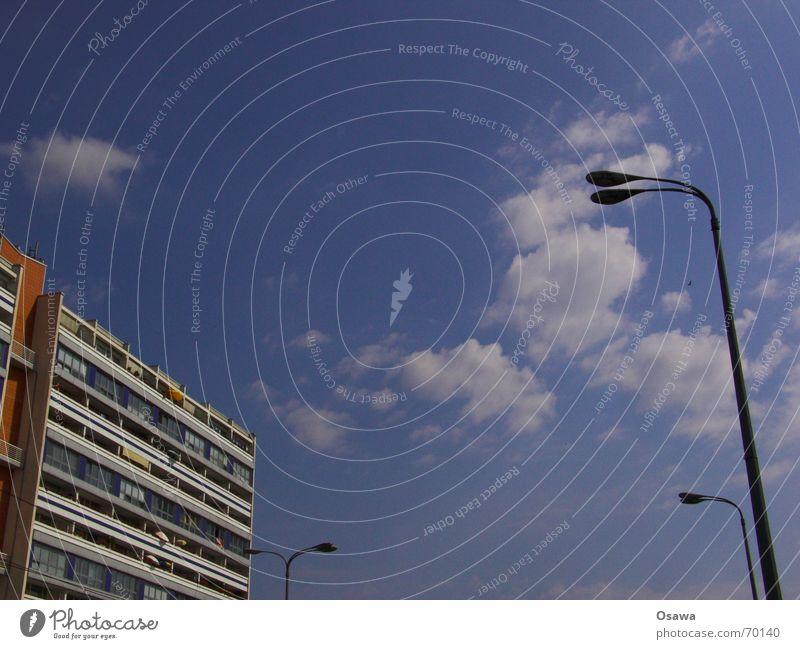 Respekt Balkon Laterne himmelblau Wolken weiß-blau Fassade Wohnung Haus Plattenbau Alexanderplatz Regierungssitz Berlin Osten drüben Sowjetische Besatzungszone