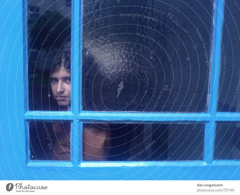 She's blue Frau blau Fenster Abschied Fensterscheibe zurück Lack