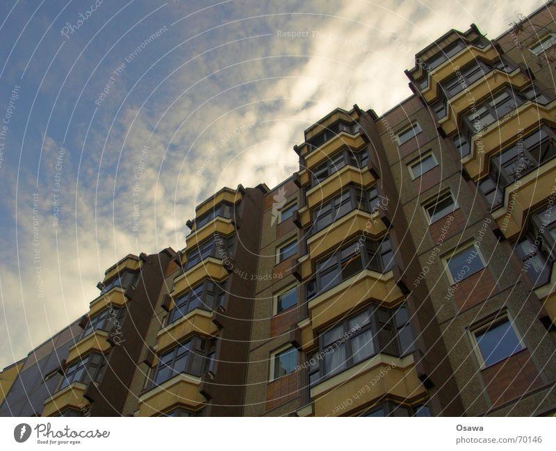 Bersarin Fassade Fenster Wintergarten Gebäude Plattenbau Haus Berlin himmelblau Wolken Friedrichshain Baustelle bersarin bersarinplatz Himmel Architektur