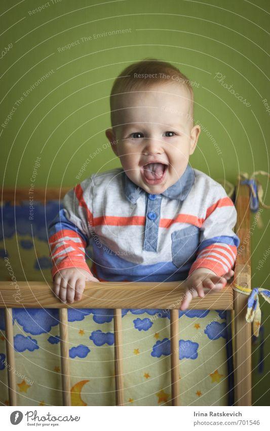 glücklicher Junge Kind 1 Mensch 0-12 Monate Baby Mauer Wand Lächeln lachen Liebe Spielen Freundlichkeit Fröhlichkeit lustig Neugier niedlich schön grün Gefühle