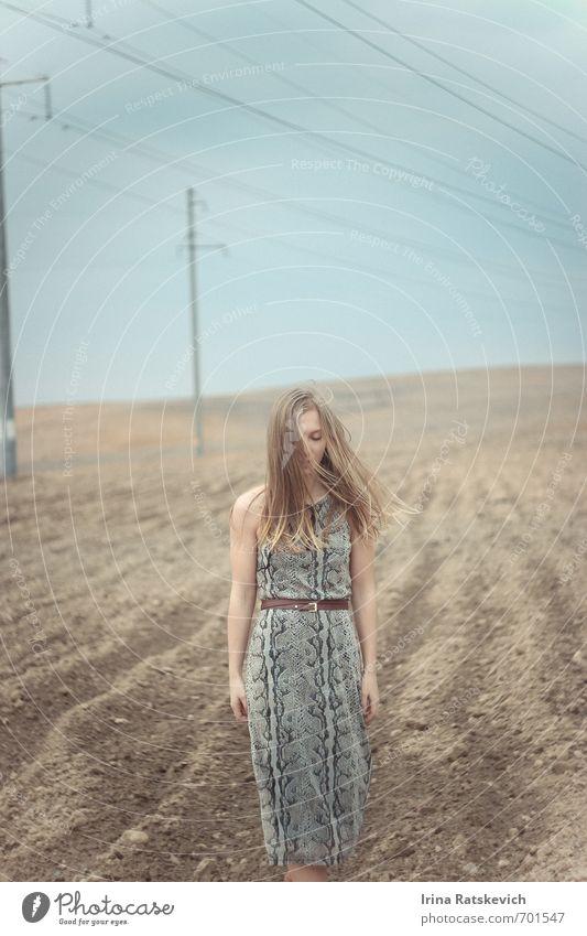 Mensch Himmel Natur Jugendliche schön Landschaft Freude 18-30 Jahre Erwachsene Leben Gefühle Frühling Haare & Frisuren Stimmung träumen Feld