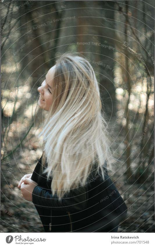 Mensch Natur Jugendliche schön Baum Freude 18-30 Jahre Wald Erwachsene Gefühle Frühling Haare & Frisuren Glück Stimmung Lächeln Schönes Wetter