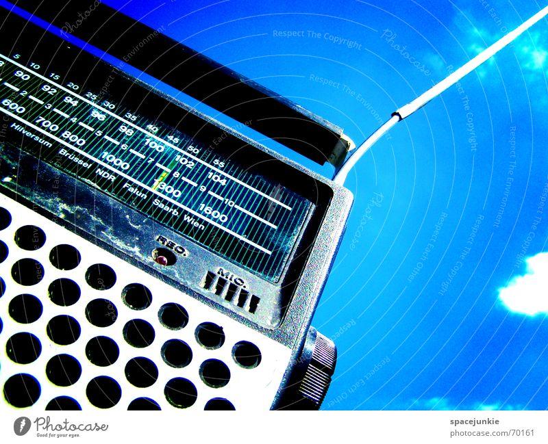 RADIO NUMBER ONE Musikkassette Kassettenrekorder old-school Sender Licht Wolken Antenne Radio Himmel blau air Radiogerät