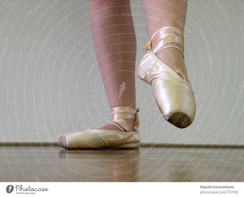 Ballett Balletttänzer Holzfußboden Ballettschuhe Beine spitzenschuhe Körperhaltung Tanzen Ballerina