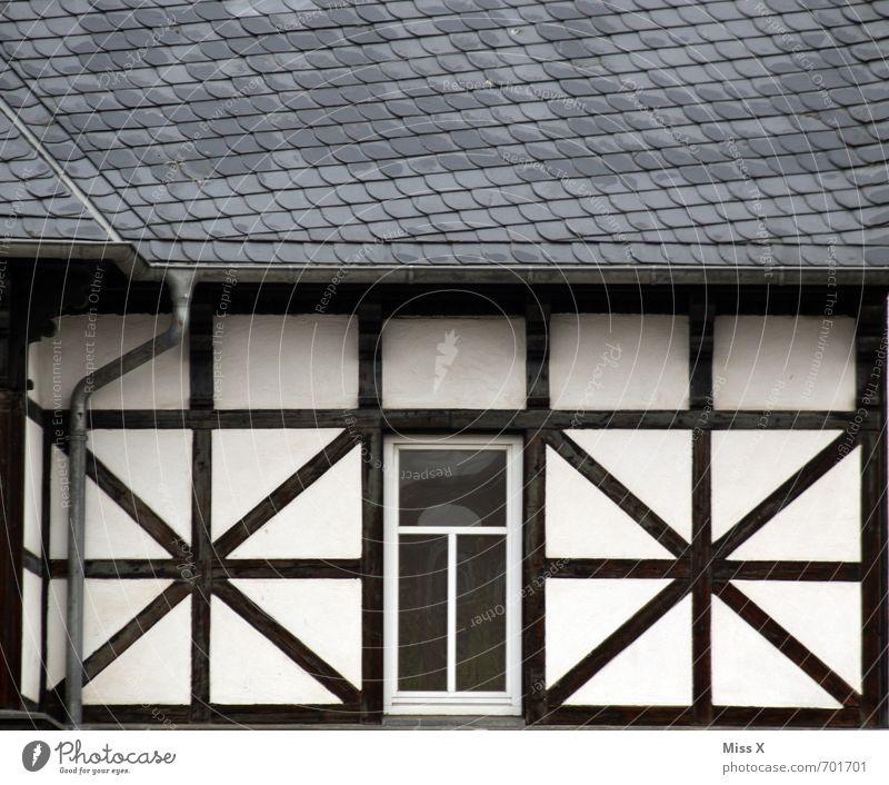 xox Wohnung Haus Gebäude Architektur Fassade Fenster Dach alt Fachwerkfassade Fachwerkhaus Farbfoto Gedeckte Farben Außenaufnahme Muster Menschenleer