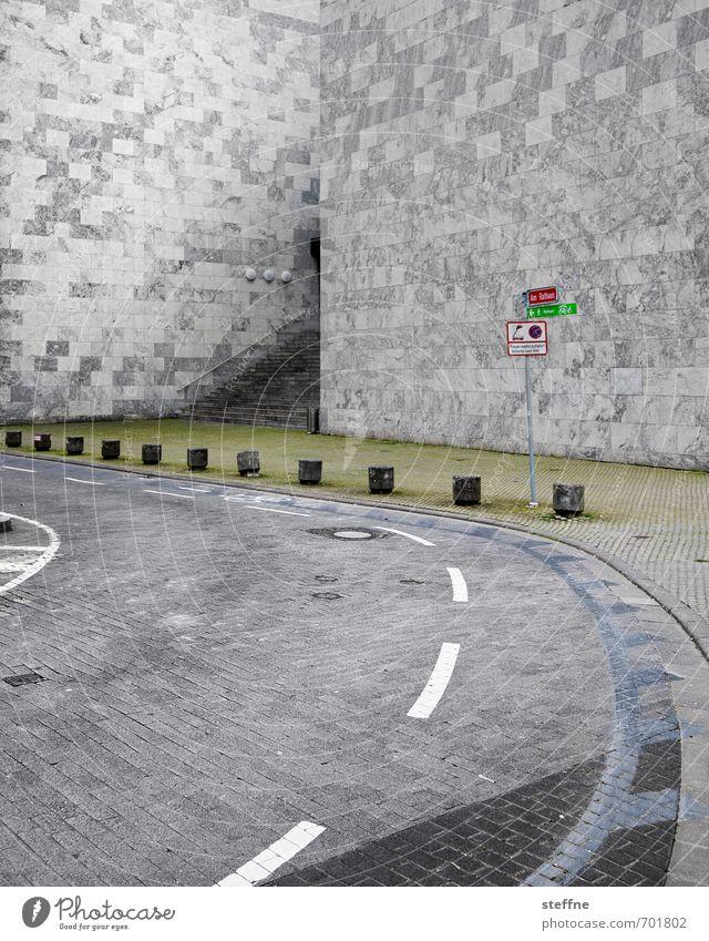 schwungvoller Kubismus Straße Wand Mauer grau Verkehr stark Kurve massiv Rathaus robust Mainz