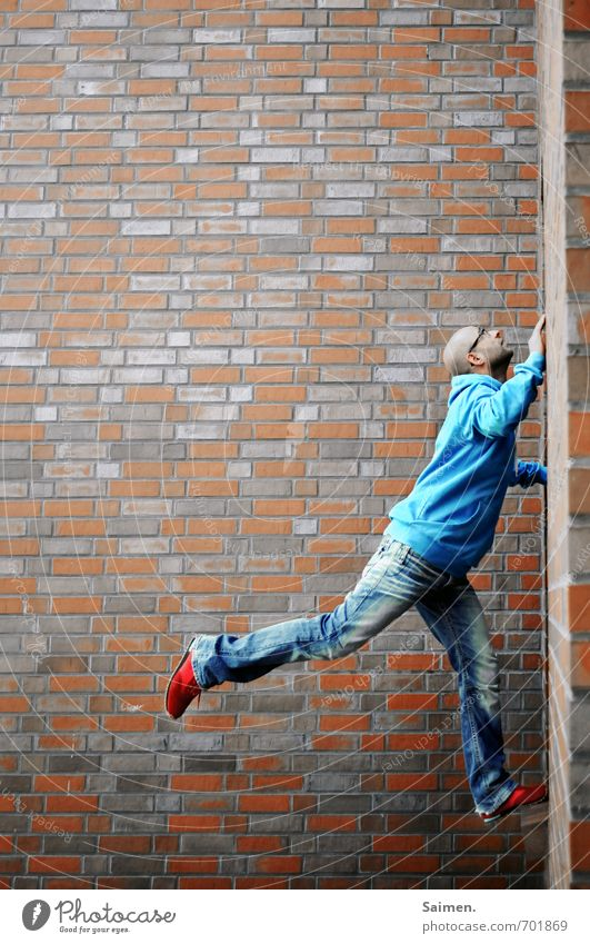 urban climbing 2.0 Mensch Jugendliche Mann blau Stadt rot 18-30 Jahre Erwachsene Wand Bewegung Sport Mauer Fassade maskulin Körper Kraft