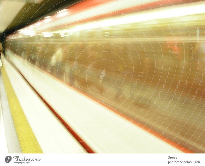 Zug der Unendlichkeit gelb Eisenbahn Geschwindigkeit Unendlichkeit Tunnel Bahnhof Verzerrung Bahnsteig Lichtgeschwindigkeit Fluchtlinie