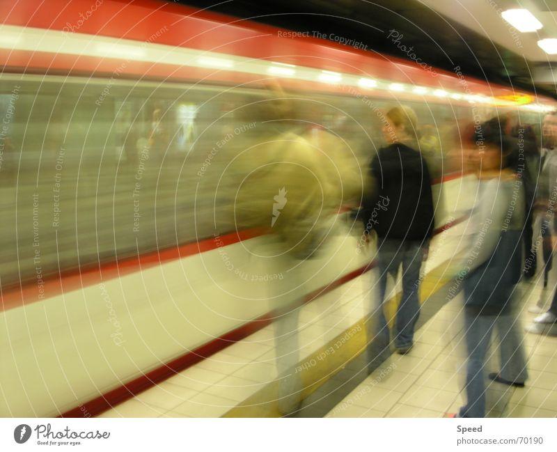 Impression Langzeitbelichtung gelb Tunnel Bahnsteig Geschwindigkeit Lichtgeschwindigkeit Besucher Eisenbahn Verzerrung Bahnhof speedtube Mensch warten Passagier