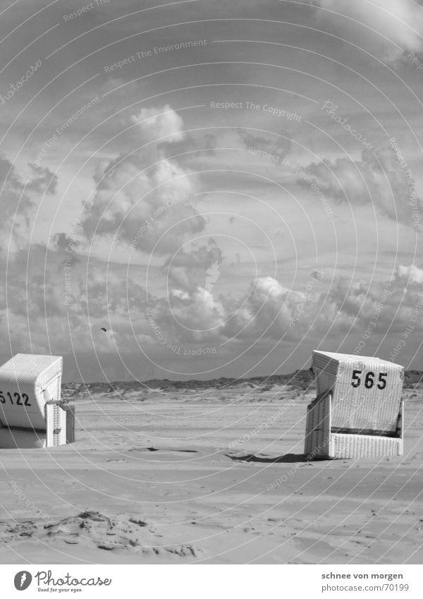 weitreichend Strand Meer Wolken Einsamkeit See Strandkorb weiß schwarz grau ruhig Natur Umwelt Wetter Gewitter Regen Sonne Stimmung Landschaft Sand Stranddüne