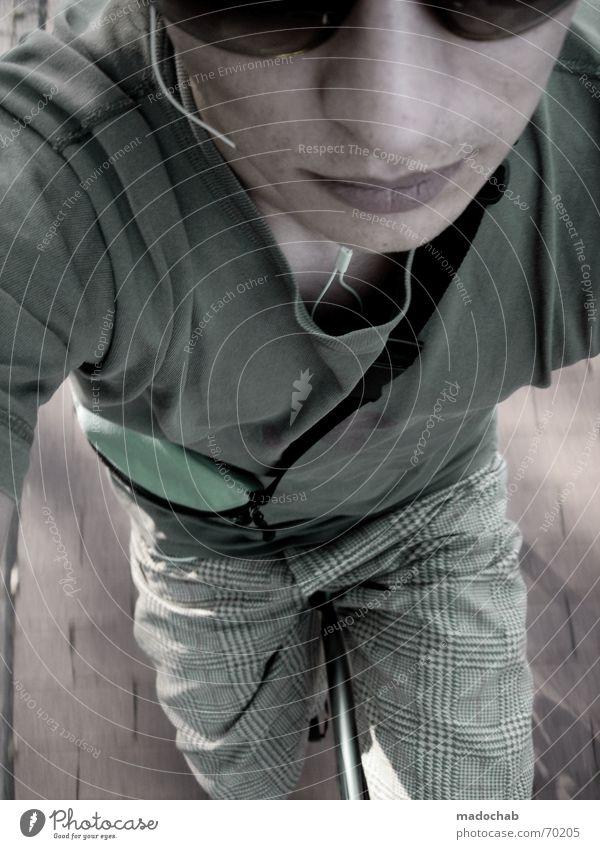 FAHRRADREITER | fahren dynamik bewegung male person mensch Mensch Nase Brille T-Shirt Lippen Strümpfe Shorts Nasenloch Unterhose MP3-Player Fahrtwind Männerunterhose