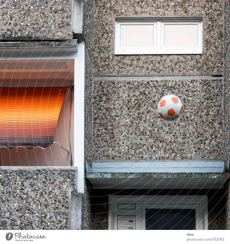 sportlich l Straßenkicker Wand Mauer Spielen Stein Häusliches Leben Fußball Streifen Ballsport