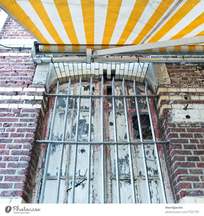 Cocooning alt Stadt Einsamkeit Haus Fenster Wand Mauer Gebäude Angst Fassade Häusliches Leben trist geschlossen Vergänglichkeit Sicherheit Bauwerk