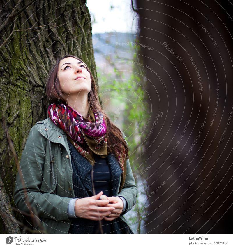 * Mensch feminin Junge Frau Jugendliche 1 18-30 Jahre Erwachsene Natur Baum Jacke Schal brünett langhaarig Erholung träumen braun grün achtsam ruhig Farbfoto