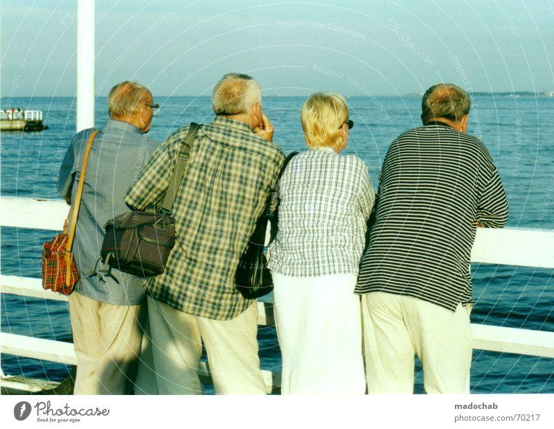 BLICK IN DIE ZUKUNFT | rentner meer alter senior rente urlaub Senior Wasser Erwachsene Erholung Küste Menschengruppe Paar Ausflug Tourismus Spaziergang