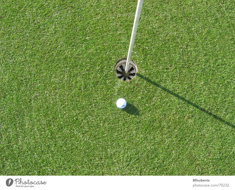 Ball almost in the hole Gras Golf Golfball