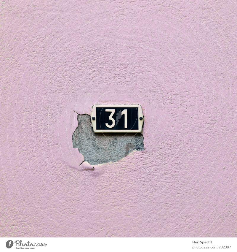 31 alt Stadt Haus schwarz Wand Farbstoff Mauer Gebäude rosa Fassade trist Schilder & Markierungen kaputt Vergänglichkeit Ziffern & Zahlen verfallen