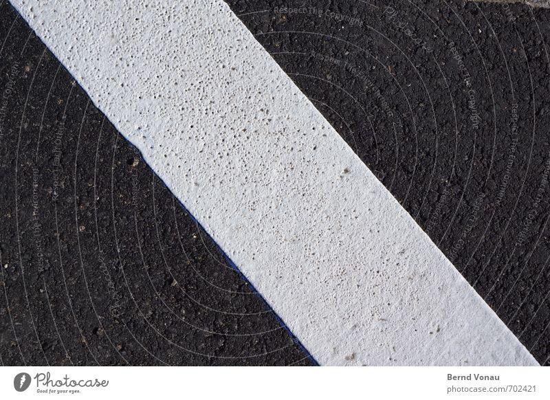marke Verkehr Verkehrswege Autofahren Schilder & Markierungen grau schwarz weiß Neigung Asphalt Farbe Strukturen & Formen diagonal Straßenbelag Farbfoto