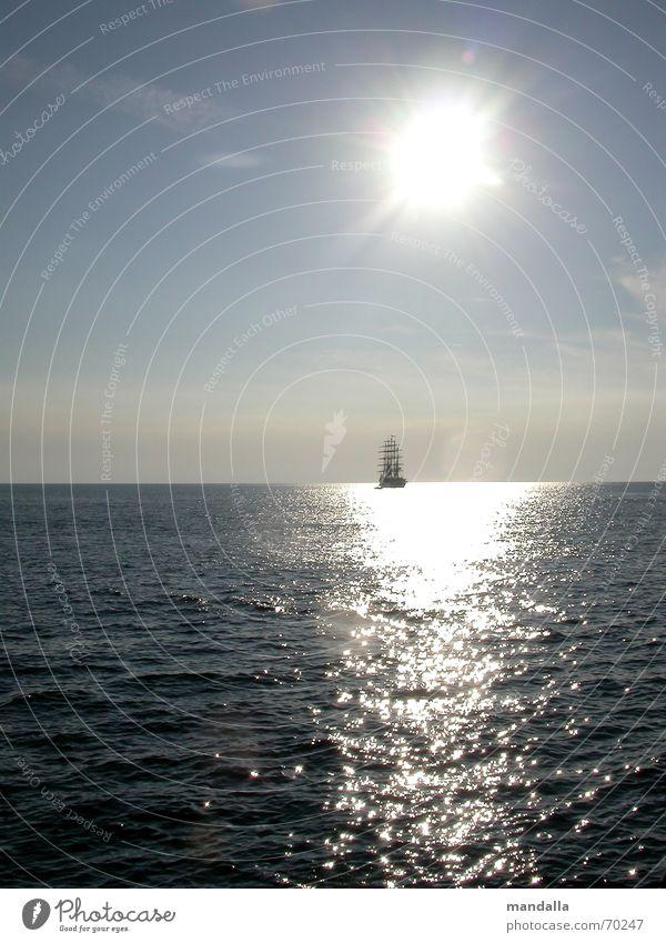 wohin Natur Sonne Meer Sommer ruhig Ferne träumen Wärme Wasserfahrzeug Wellen Horizont Unendlichkeit Sehnsucht Segeln silber harmonisch