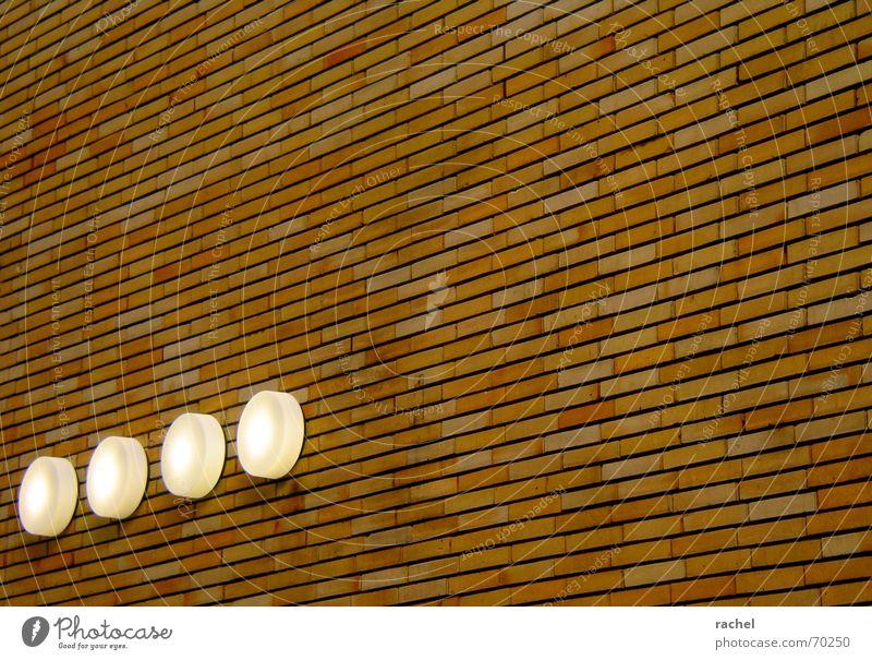 Ordentlich aufgereiht Fassade Mauer Backstein Außenleuchte Sicherheit Notausgang Tag Licht Lampe massiv Ehrlichkeit solide Ordnung Glätte technisch regelmässig
