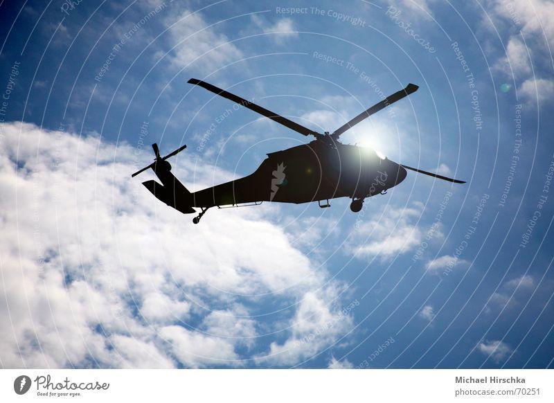 Unter den Wolken Hubschrauber Licht Schweben Luftverkehr Flughafen Sonne Himmel blau heli Schatten tiefflug übungsflug