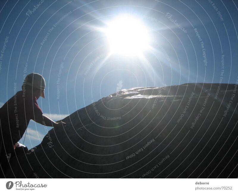 Bergsteiger Hügel Kind steigen weiß grau hart Sonne Berge u. Gebirge Stein Mensch Junge Klettern blau Himmel
