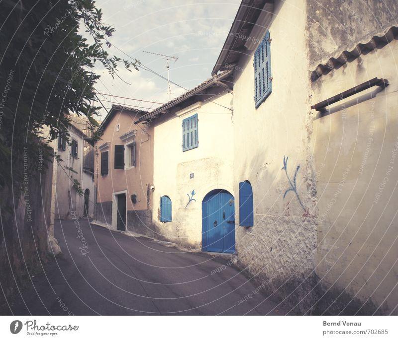 letzter morgen liapades Korfu Griechenland Europa alt authentisch hell aufwärts einfach Sonnenlicht mediterran Asphalt Straße Windung Baum Fenster Wolken Himmel