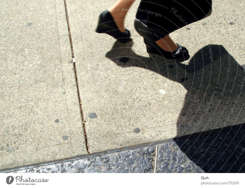 business feet Frau Sonne schwarz Straße Fuß Schuhe Bekleidung Asphalt Bürgersteig Leder Tasche Pflastersteine Damenschuhe Schlagschatten