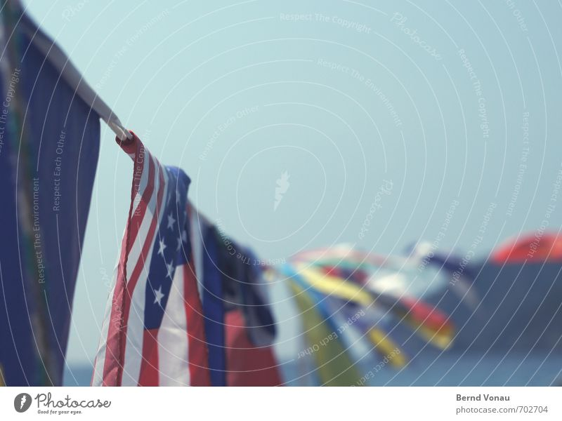 Farbstoff Spielen Sonne Strand Meer Dekoration & Verzierung Seil Erde Himmel Horizont Wind Fahne Bewegung Zusammensein blau rot weiß Farbe trüb Textilien