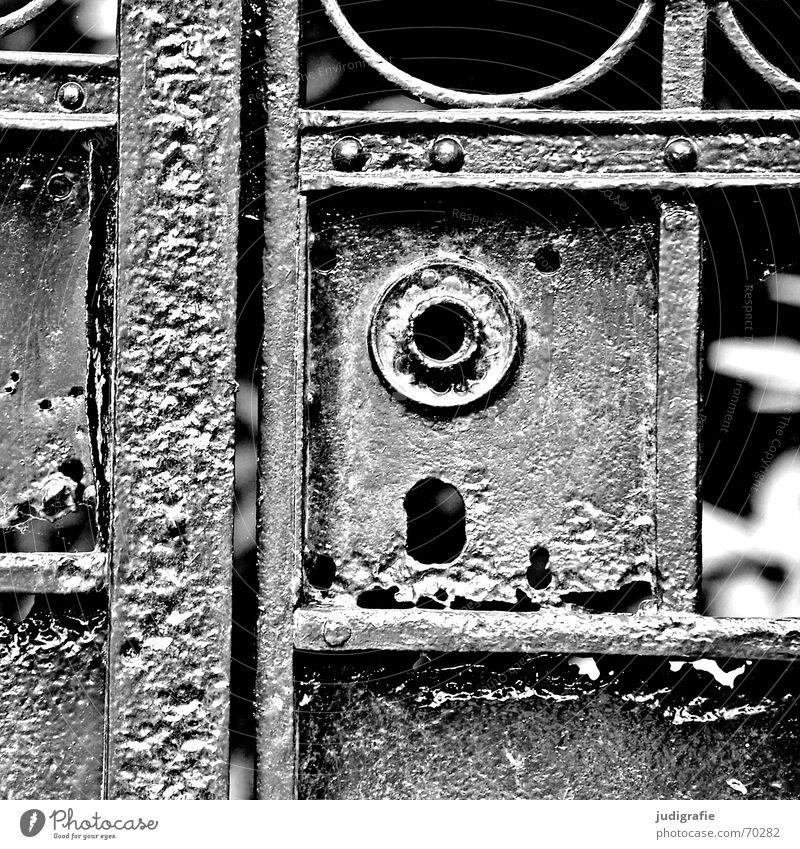 Türsteher Eingang Rost Patina Schmiedeeisen geschlossen schwarz weiß Tor Burg oder Schloss alt verfallen patiniert schmiedeeisern ohne klinke Schutz