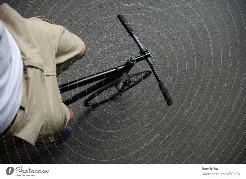 lass die dinge einfach laufen Straße Fahrrad Verkehr fahren Straßenbelag Fahrradfahren Gleichgewicht Anschnitt Bildausschnitt frei Fahrradlenker freihändig
