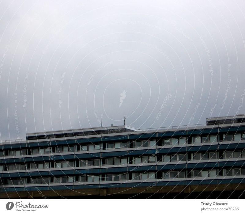 hesitating beauty Wolken Nebel Gebäude Bauwerk Haus Studium Schule trist Trauer Sorge Himmel Wetter Traurigkeit demotivation Schulgebäude Architektur