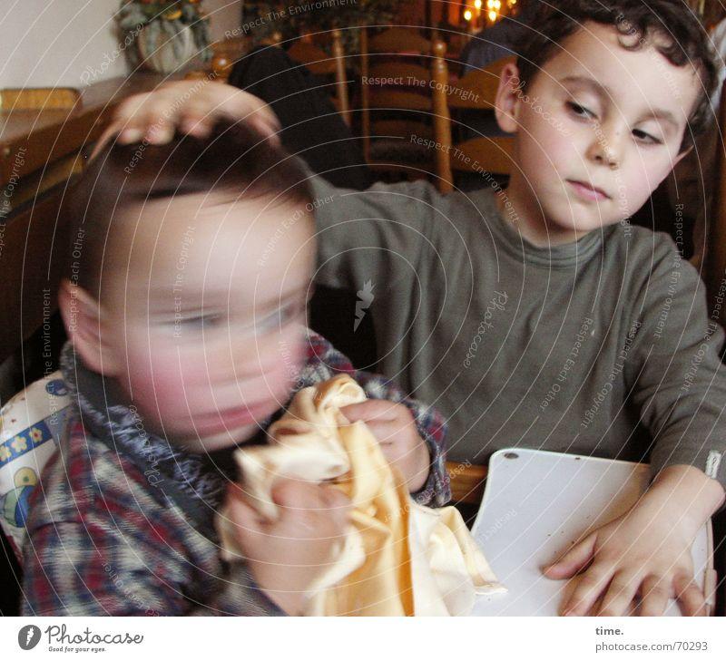 Bewegungsmelder Innenaufnahme Porträt Freude Gesicht Kind Junge Geschwister Bruder Familie & Verwandtschaft Hand Kraft Vorsicht Frieden unentschlossen Versuch