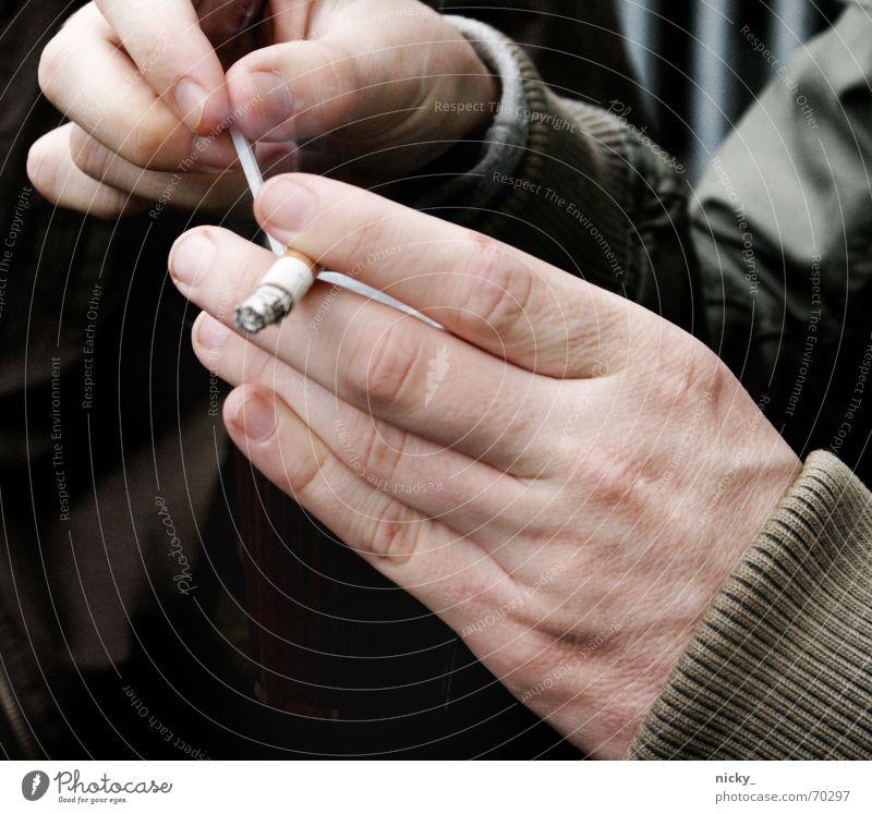 coffee and cigarettes Hand Finger Zigarette Pause Mann Rauchen Männerhand Filterzigarette ungesund gesundheitsschädlich Gesundheitsrisiko Suchtverhalten