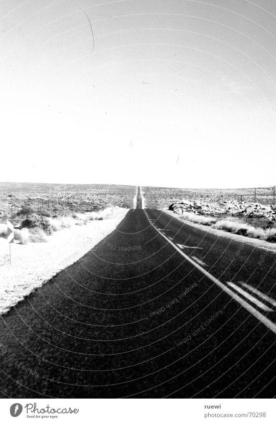 A long way home weiß schwarz Ferne Straße Freiheit frei Verkehr Wüste Unendlichkeit heiß lang Afrika Verkehrswege Namibia