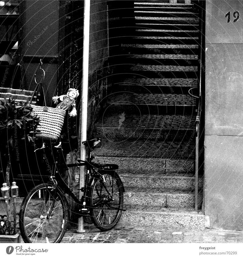 Altstadt-Flair Stadt Fahrrad Ladengeschäft schwarz weiß Tasche Vogelscheuche Voodoo alststadt Treppe Straße street stairs black white bags alt old storhpuppe