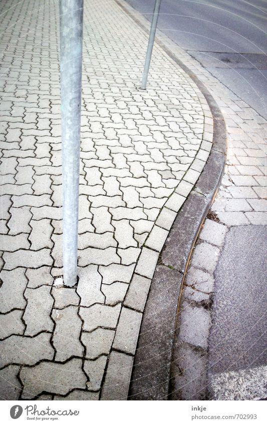 cruisen Menschenleer Verkehr Verkehrswege Straße Wege & Pfade Bürgersteig Kurve Bordsteinkante lang geschlängelt Linie pflastern Stadtleben grau Pfosten