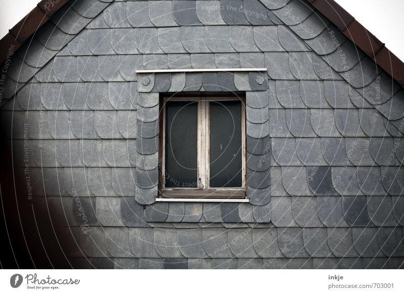anonym Menschenleer Haus Fassade Fenster Dach Dachfirst Wand Wetterschutz Plattenbau Silikat-Mineral Fensterrahmen alt dunkel historisch grau Gefühle Einsamkeit