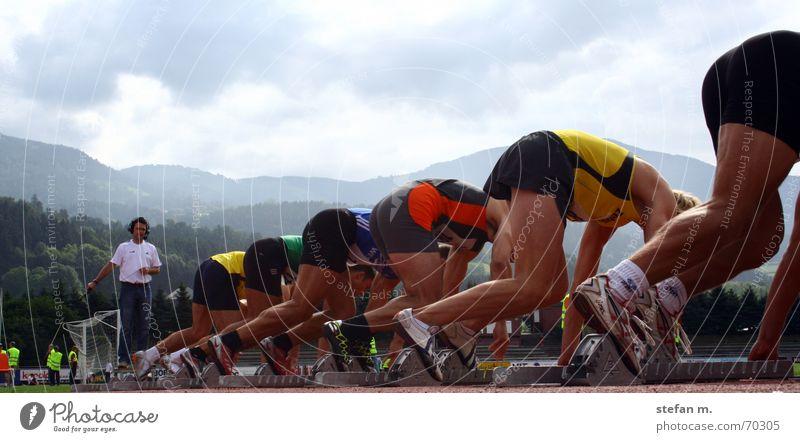 ...fertig... Leichtathletik Stadion Sportveranstaltung 100 Meter Lauf Startblock Mann Zehnkampf Triathlon 100m laufen starter Schuss auf die plätze Schicksal