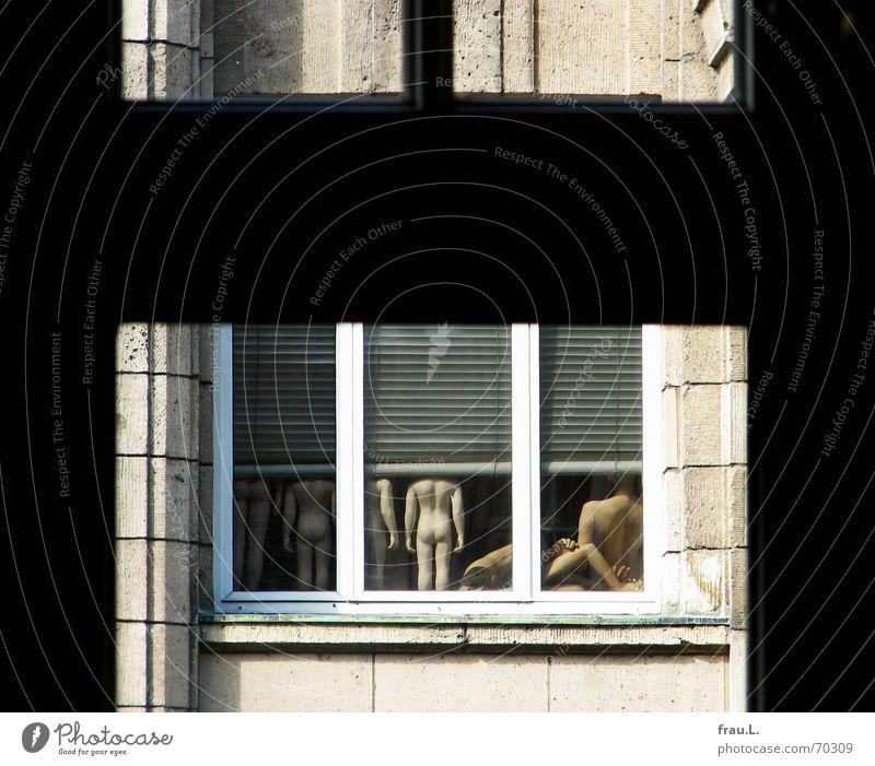 Neugierde Gesäß anstößig Rollladen Hinterteil Tabu Fenster Fensterrahmen Haus Fassade Kaufhaus nackt spannen Verbote Körper Wand Oberkörper Schaufensterpuppe