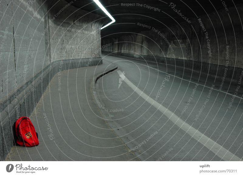 Red-Pack Tunnel Rucksack dunkel grau trist Licht Lampe Staub Asphalt Bordsteinkante Einsamkeit rot trampen Wohnmobil kalt verrotten Verkehr Duisburg Stahl Beton