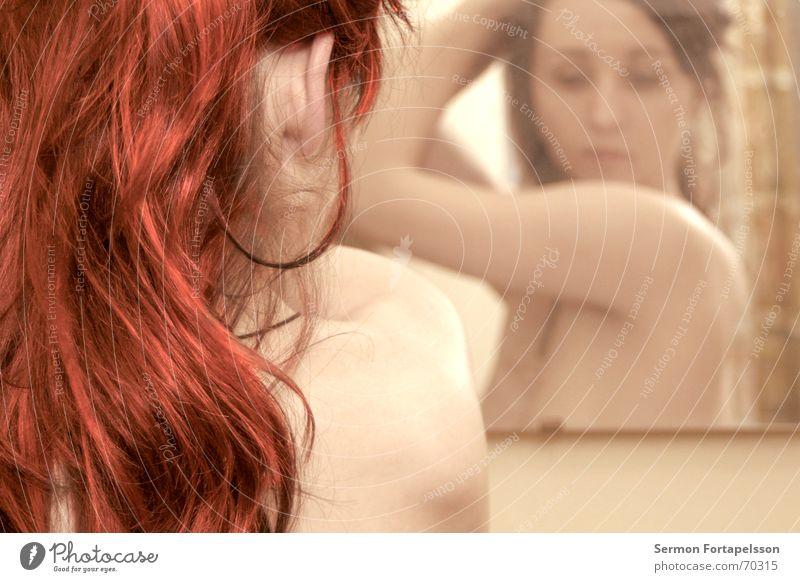||| emily ||| 4816c2 ||| Frau rot feminin nackt Haare & Frisuren Akt träumen orange Arme Haut Bad Fabrik Spiegel Vorhang Weiblicher Akt Schulter