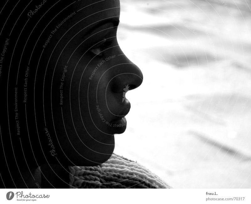 in den Regen sehen Frau Mensch Kind schön feminin Fenster träumen Regen nass Seil weich Asphalt Pullover Schulter sanft verträumt